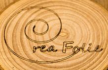 Gravure laser de notre logo sur la section d'une branche d'arbre d'environ 5cm de diamètre