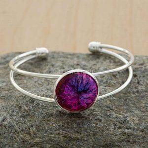 Bracelet métal à 2 branches argenté avec belle incrustation d'un mélange de 3 couleurs